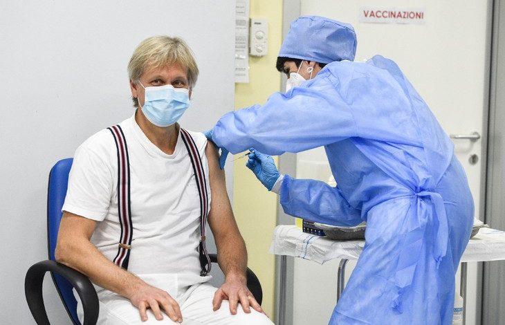 cheffe service vaccinations hopital Cremone Italie Antonella Laiolo droite administre vaccin Pfizer BioNTech directeur service maladies infectieuses etablissement Angelo Pan 27 decembre 2020 2 730 487