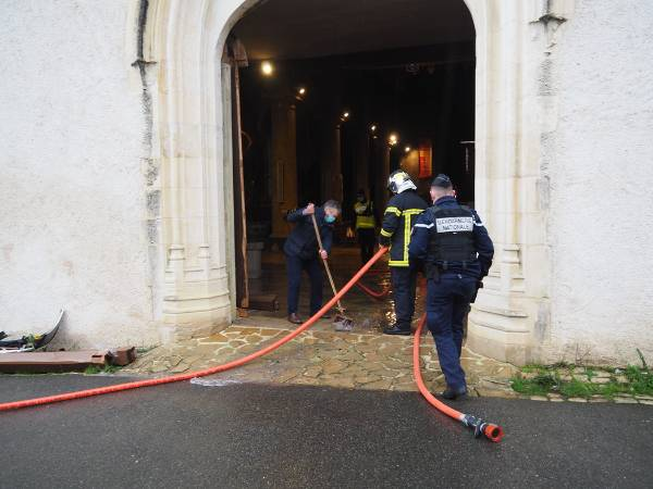 une voiture defonce le portail d entree de l eglise saint ar 5121903