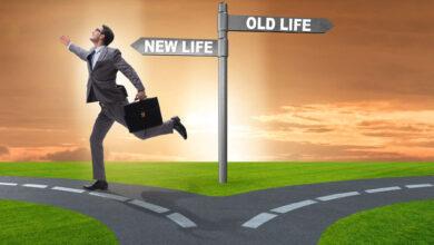A la recherche de l'épanouissement, d'une carrière plus prometteuse, d'une situation financière plus stable ou à la conquête de nouveaux challenges, qui n'a pas envisagé à un moment ou un autre de changer de métier, de suive sa vocation et de vivre sa passion ? « Choisissez un travail que vous aimez et vous n'aurez pas à travailler un seul jour de votre vie », une citation du philosophe Confucius qui motiverait des milliers de personnes à couper les ponts avec leurs carrières professionnelles et à se lancer dans une nouvelle aventure avec l'espoir de donner un autre tournant à leur vie. Toutefois, changer de métier n'est jamais un pas facile à entreprendre ni une expérience simple à vivre. Auparavant perçu comme un accident de parcours, un saut dans l'inconnu ou même un échec flagrant, le recours à la reconversion professionnelle était très peu prisé voire quasi inexistant. Ce n'est qu'au cours de cette dernière décennie que cette pratique est devenue monnaie courante. Par ailleurs, la crise sanitaire actuelle a relancé un débat et une réflexion profonds par rapport au recours à la réorientation professionnelle. Certains y voient l'occasion de changer de casquette tandis que d'autres estiment qu'il ne faut en aucun cas quitter son poste étant donné le manque de visibilité par rapport à l'avenir. Le consultant formateur, coach en développement personnel et ex-Directeur des RH, Rachid Chahid, estime que ces temps de pandémie constituent l'occasion d'avoir une réflexion en profondeur et de se poser les bonnes questions par rapport à sa carrière professionnelle. M. Chahid, qui est lui même passé par une reconversion professionnelle, confie à la MAP que cette expérience est un grand changement dans la vie d'une personne, notant que la réussite de ce changement est conditionnée par le fait de se faire accompagner par des spécialistes. Il préconise dans ce sens de savoir aller vers l'essentiel, d'identifier ses priorités, de les définir et de voir si ça colle avec ses vale