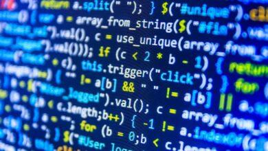 """Bien que la transformation numérique se soit accélérée par la pandémie du nouveau coronavirus (covid-19), plusieurs étudiants ne saisiraient ce que c'est """"apprendre ou s'éduquer"""" sans plateformes connectées. La transformation éducative progresse à pas de géant dans le monde et les écoles de Coding, qui fleurissent un peu partout, accompagnent délicatement ce changement digital. Le Coding fournit les outils et les compétences nécessaires pour mieux comprendre les changements technologiques qui se produisent dans la société d'aujourd'hui, a indiqué dans une déclaration à la MAP, Marwane Badi, développeur WEB qui s'est formé dans une école de coding. Dans un futur proche, les langages de programmation vont s'imposer socialement mais aussi professionnellement, a-t-il noté à cet égard, relevant que ce type de langage sera une compétence requise tout comme la lecture ou l'écriture. M. Badi a, à cet effet, fait observer que le coding est une des compétences dont les étudiants d'aujourd'hui auront besoin pour se positionner sur un marché du travail de plus en plus technologique en raison de l'évolution de la digitalisation dans les entreprises. """"Le digital touche désormais tous les secteurs d'activité, a fait remarquer le développeur Web, soulignant à ce propos que la compétence à posséder pour les métiers de demain serait donc de savoir coder. """"Avec les défis accompagnant la transformation digitale, avoir des 'coding skills' est d'une importance majeure pour développer sa pensée et son esprit"""", a-t-il poursuivi. Les développeurs ont des perspectives presque illimitées en terme d'emploi, a assuré de son côté Fouad, formateur dans un établissement de coding, mettant en avant l'importance d'intégrer l'apprentissage du codage dans les formations universitaires. """"Savoir coder peut devenir une compétence essentielle dans un futur proche, plus qu'il est aujourd'hui dans plusieurs secteurs"""", a-t-il estimé. Les langages de programmation sont très nombreux et divers, a souligné Foua"""
