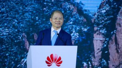 Huawei veut optimiser son portefeuille d'activités afin de renforcer sa résilience dans un contexte difficile, a souligné Eric Xu, Président tournant du groupe, à l'occasion du 18e Sommet Mondial des Analystes (Huawei Global Analyst Summit) tenu lundi dernier à Shenzhen. M. Xu, qui présentait les performances commerciales de l'entreprise en 2020 ainsi que cinq initiatives stratégiques pour l'avenir, a indiqué que l'entreprise renforcera ses capacités logicielles et investira davantage dans des activités moins dépendantes des techniques de traitement avancées, ainsi que dans des composants pour véhicules intelligents, indique-t-on dans un communiqué de Huawei. Huawei vise également à maximiser la valeur de la 5G et définir la 5.5G avec les autres acteurs du secteur pour faire évoluer les communications mobiles, fournir une expérience transparente, centrée sur l'utilisateur et intelligente dans tous les scénarios d'utilisation, innover pour réduire la consommation d'énergie dans un monde à faible émission de carbone et relever les défis liés à la continuité de l'approvisionnement. « Il est essentiel de rétablir la confiance et de restaurer la collaboration au sein de la chaîne d'approvisionnement mondiale des semi-conducteurs pour remettre l'industrie sur les rails », a souligné M. Xu. Alors que la pandémie de Covid-19 et l'incertitude géopolitique s'ajoutent à la complexité du monde, Huawei choisit d'innover pour accompagner la transformation numérique et connecter intelligemment la société. William Xu, Directeur du conseil d'administration et Président de l'Institut de recherche stratégique de Huawei, a évoqué les défis du bien-être social pour la prochaine décennie, notamment le vieillissement des populations et l'augmentation de la consommation énergétique. Huawei oriente également ses recherches sur la 5.5G, la fibre optique nanométrique, l'optimisation des réseaux, la puissance de calcul, l'IA, le stockage de données, l'e-santé, et les économies d'énergie. Willi
