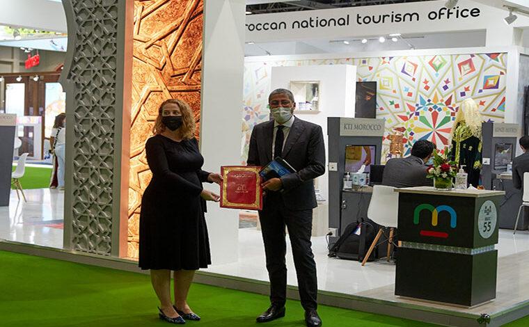 Le DG de l'Office National Marocain du Tourisme (ONMT), Adel El Fakir, accompagné d'une délégation d'opérateurs marocains – hôteliers et agents de voyage – s'est rendu le week-end dernier à Dubaï pour représenter le Maroc à la 28ème édition de l'Arabian Travel Market -ATM-. L'ATM, qui se tient du 16 au 19 mai, est le premier grand salon du tourisme organisé en présentiel depuis le début de la pandémie, précise l'Office dans un communiqué. Si l'ONMT a pour habitude de participer aux différents grands salons qui ont lieu de par le monde, cette fois-ci, l'évènement revêt un caractère particulier et stratégique puisqu'il s'agit du tout premier organisé en présentiel depuis 18 mois, note la même source. « Il est donc très important pour nous de garantir une visibilité optimale du Maroc auprès des professionnels et de transmettre clairement le message que le Maroc continue de se préparer à accueillir ses touristes dans les meilleures conditions de sécurité sanitaire, dès que les conditions de reprise seront de retour », a relevé M. El Fakir, cité dans le communiqué. Une présence d'autant plus importante que les Émirats Arabes Unis sont, pour l'instant, le seul marché émetteur majeur du Moyen-Orient permettant à ses ressortissants de voyager et que l'ATM est le salon leader de l'industrie des voyages du Moyen-Orient, générant plus de 220 milliards de dirhams en transactions. L'ONMT bénéficie sur le salon d'un espace de 220m2 dédié à la représentation Maroc et à ses destinations touristiques. Les établissements hôteliers et agences de voyages marocains sont également présent via un concept « phygital » innovant, combinant présence physique pour certains et participation en digitale pour d'autres. Dans l'action, M. El Fakir a profité de cette grande messe pour ratifier 3 partenariats avec des acteurs majeurs de l'industrie touristique émiratie. Il s'agit d'un premier partenariat avec Dnata Travel, plus ancien fournisseur de voyages des Émirats arabes unis faisant part de Emi